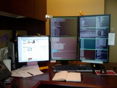 Tripple monitor setup, photo by Les Howard